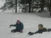 2 Kinder im Schnee