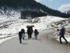 Kindergruppe wandert in winterlicher Landschaft