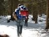 Kind wandert in winterlicher Landschaft