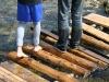 Kinder überqueren selbst gebautes Floss