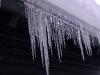 Eiszapfen hängen vom Dach