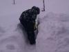 Kind schaufelt einen Weg durch viel Schnee