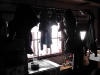 Bekleidungsstücke und Schuhe hängen zum Trocknen über einen Ofen