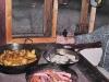 Essen am Ofen - Erdäpfel, Wüprstel und Käse in je einer Pfanne