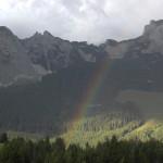 Regenbogen im Hintergrund Gebirge