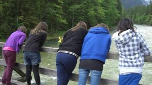3 Personen stehen an einem Brückengelände