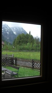 Blick aus einem Fenster in eine grüne Landschaft