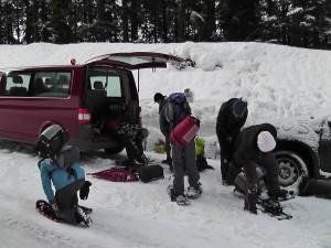 Winterlandschaft Kinder, die sich für die Schneewanderung fertig machen