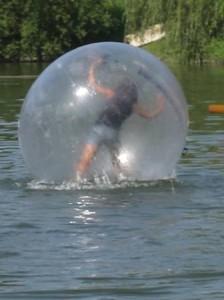 Mädchen in einem riesengroßen Wasserball