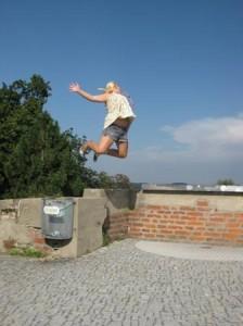 Mädchen machte einen Luftsprung