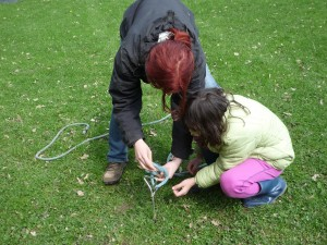 Kind und Erwachsene machen den Sicherheitsknoten