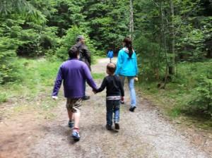 Kinder beim Wandern durch den Wald