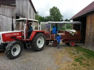 Traktor mit Anhänger vor der Ausfahrt