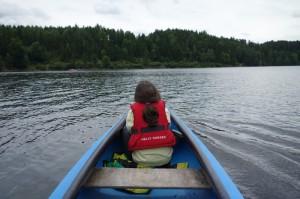 Mädchen in einem Kanu am See