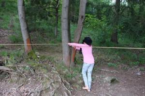 Mädchen mit verbunden Augen im Wald - Geschicklichkeitsparcour