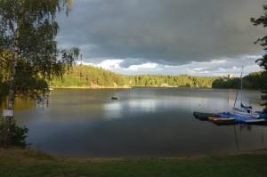 See mit Gewitterwolken im HIntergrund