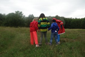 4 Kinder in der Wiese