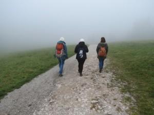 drei Wanderer - Weg in herbstlicher Stimmung