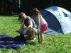 Mädchen und eine Frau vor einem Zelt