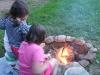 Feuer in der Feuerstelle wird entfacht