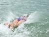 Kind taucht ins Wasser ein