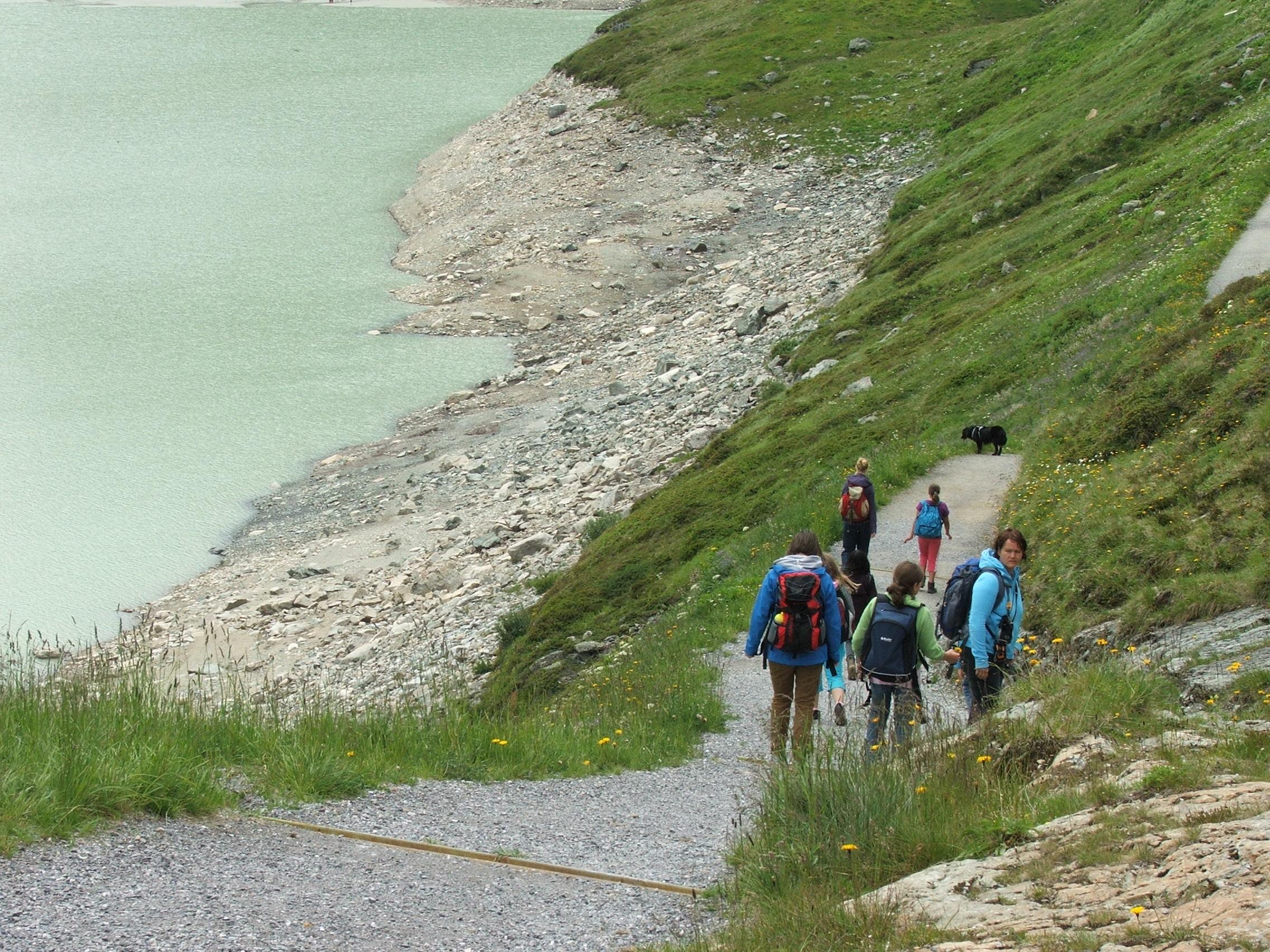 Kindergruppe entlang eines Bergsees