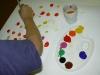 Kind beim Malen mit Malpalette