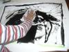 Kind beim Arbeiten an einem Bild mit Gouache