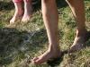 Füße in der Wiese