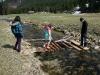 Kinder betrachten selbst gebautes Floss
