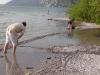 Traunsee - Burschen legen mit Schotter einen Wall im See