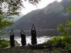 Drei Personen machen Yoga am Ufer vom Traunsee
